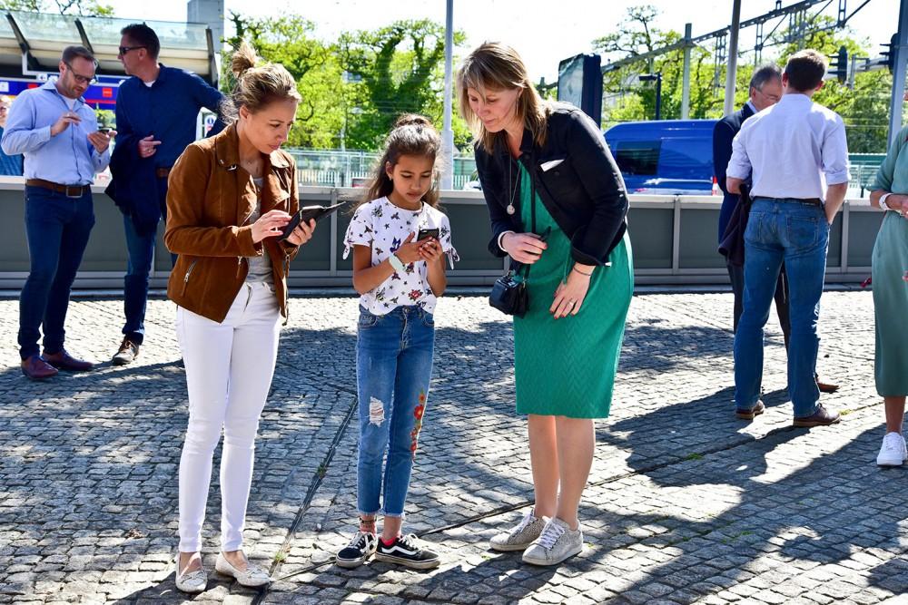 Projectleider Mathanje Huisman (rechts) kijkt of ze Sibel en haar moeder moet helpen…